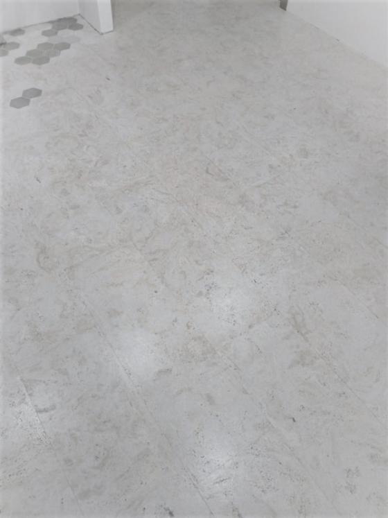 пробковый пол в комбинации с кафельной плиткой.
